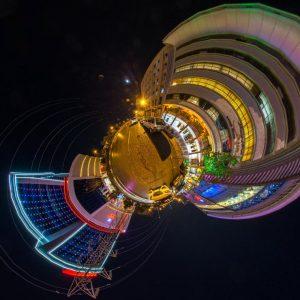 قصر هدیش – نمای سیاره کوچک بیرون تالار در شب