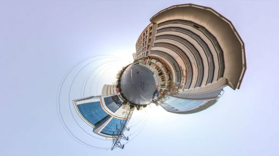 قصر هدیش – نمای سیاره کوچک بیرون تالار در روز